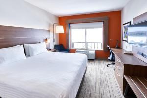 Кровать или кровати в номере Holiday Inn Express Hotel & Suites Dieppe Airport