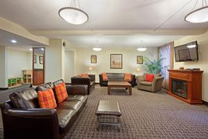 A seating area at Candlewood Suites Montreal Downtown Centre Ville