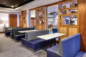 The lounge or bar area at Staybridge Suites Liverpool