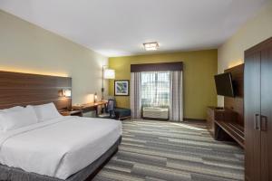 Кровать или кровати в номере Holiday Inn Express & Suites Medicine Hat