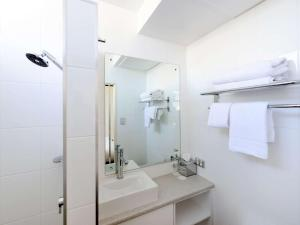 A bathroom at Ibis Styles Adelaide Grosvenor