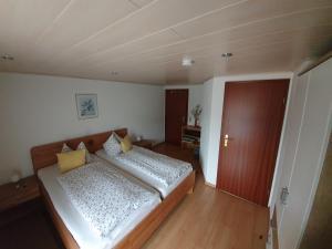 Ein Bett oder Betten in einem Zimmer der Unterkunft Cafe & Pension Carmen