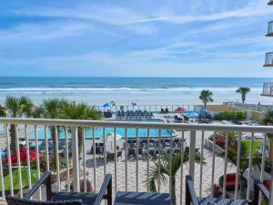 A view of the pool at Holiday Inn Resort Daytona Beach Oceanfront or nearby