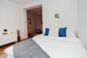 A bed or beds in a room at Modern Sofo Apartment