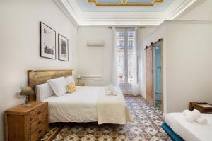 A bed or beds in a room at Hostal Girona
