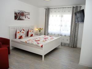 A bed or beds in a room at Pension am Markt Kindelbrück
