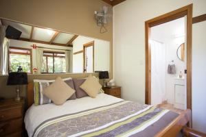 A bed or beds in a room at Samurai Beach Bungalows - Port Stephens YHA