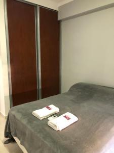 Una cama o camas en una habitación de DEPARTAMENTO CÉNTRICO CON COCHERA