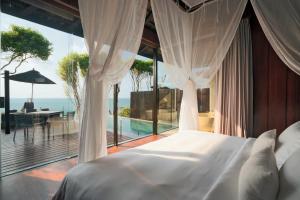 سرير أو أسرّة في غرفة في منتجع سيلافادي بوول سبا