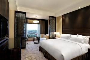 Łóżko lub łóżka w pokoju w obiekcie Crowne Plaza New Delhi Mayur Vihar Noida