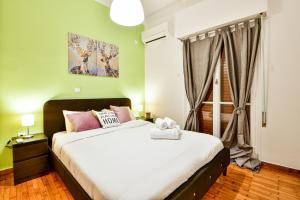 Postel nebo postele na pokoji v ubytování Pleasant flat next to Panormou Metro Station