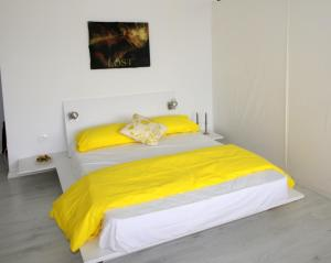 A bed or beds in a room at Red Grey Loft