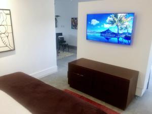 Uma TV ou centro de entretenimento em Gloc Villa
