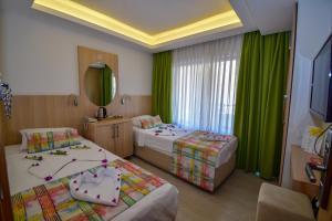 سرير أو أسرّة في غرفة في فندق سيتي مارماريس