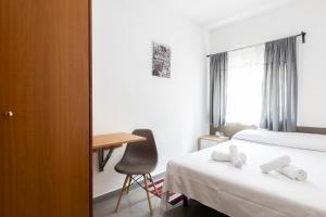 A bed or beds in a room at Pensión Galicia
