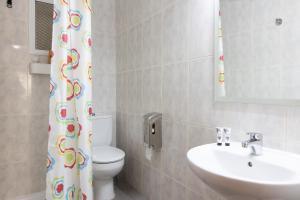 A bathroom at Pensión Galicia