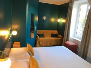 A bed or beds in a room at Brit Hotel Du Parc