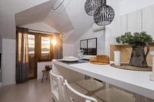 A kitchen or kitchenette at BonaMare Apartments