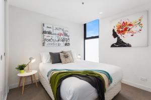 A bed or beds in a room at Complete Host SEE Apartments