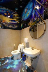 A bathroom at d`Gobers Hostel Seminyak by Gumilang Hospitality