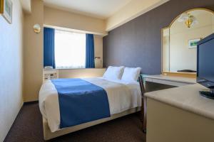 Tempat tidur dalam kamar di Yokohama Isezakicho Washington Hotel