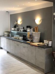 Cuisine ou kitchenette dans l'établissement Hôtel Restaurant le Privilège - authentic by balladins
