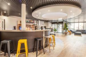 Lounge oder Bar in der Unterkunft Campanile Martigny