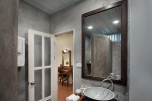 A bathroom at Maison Dalabua