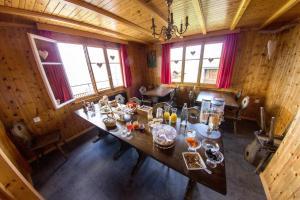 Ein Restaurant oder anderes Speiselokal in der Unterkunft Pension Alpenblick