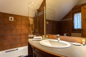 A bathroom at Les Balcons du Savoy
