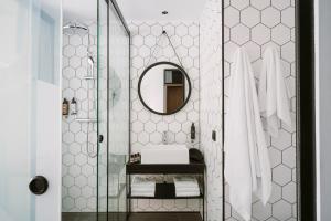 A bathroom at PURO Hotel Poznań Stare Miasto