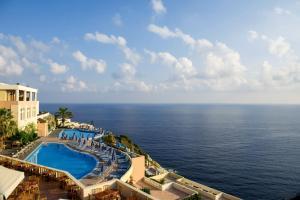 Ein Blick auf den Pool von der Unterkunft CHC Athina Palace Resort & Spa oder aus der Nähe