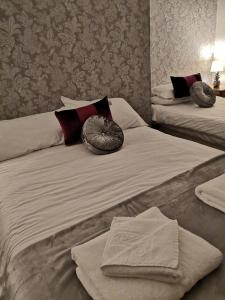 A bed or beds in a room at Ambrose Hotel