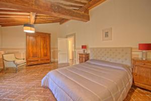 A bed or beds in a room at Castello di Montegufoni