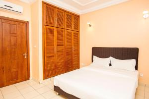 A bed or beds in a room at Residence Le Carat Bonapriso