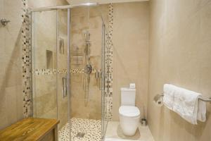 A bathroom at Sea View D4