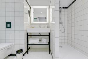 A bathroom at Mercure Paris Orly Tech Airport