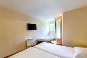 Un ou plusieurs lits dans un hébergement de l'établissement Comfort Hotel Amiens Nord