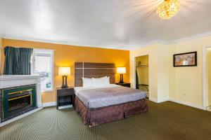 A bed or beds in a room at Econo Lodge Beach and Boardwalk