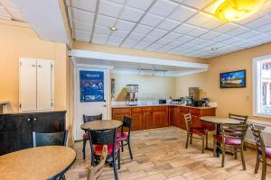 A restaurant or other place to eat at Econo Lodge Beach and Boardwalk