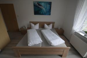 سرير أو أسرّة في غرفة في Hotel-Restaurant Forellenzucht