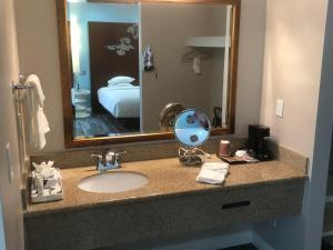 A bathroom at Wave Hotel Manhattan Beach