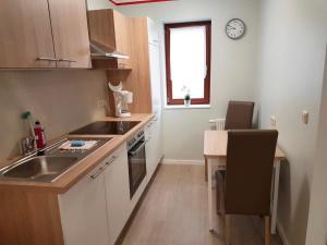 A kitchen or kitchenette at Pension Sonja Müller