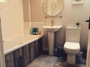 A bathroom at Clarabel's Guest House- The Cranny