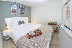 A bed or beds in a room at Trendy Host Stelar Miraflores