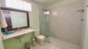 Um banheiro em Duplex Girassóis Pipa