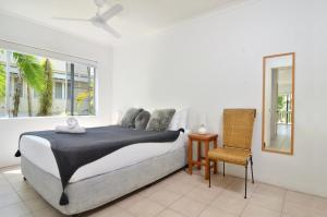 A bed or beds in a room at Seascape Holidays - Driftwood Mantaray