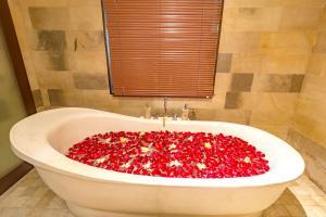 Een badkamer bij Alamdini Resort Ubud