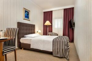 A bed or beds in a room at Hotel Dubrovnik