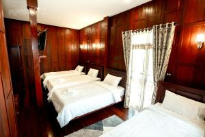 A bed or beds in a room at บ้านหลังวัง